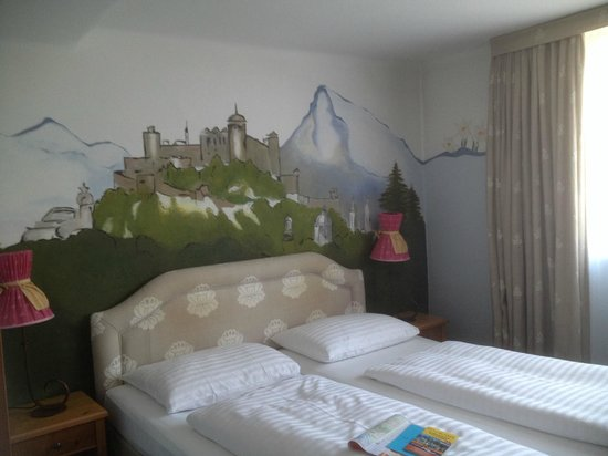 Hotel Markus Sittikus: View of beds and mural on the wall