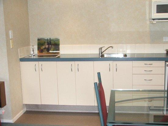 Comfort Inn Academy : Kitchen in two-bedroom unit