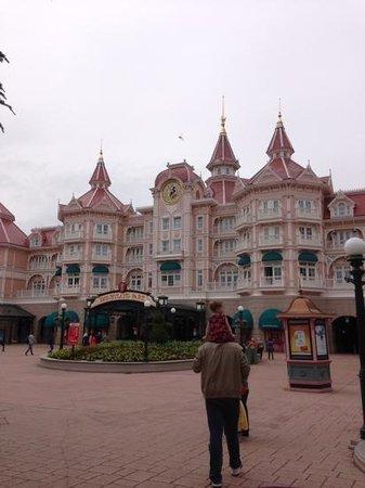 Disneyland Hotel : front view