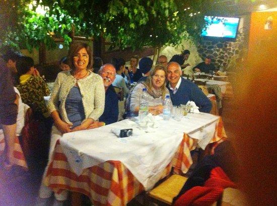 Simos Taverna: Serata in compagnia di amici da Simons