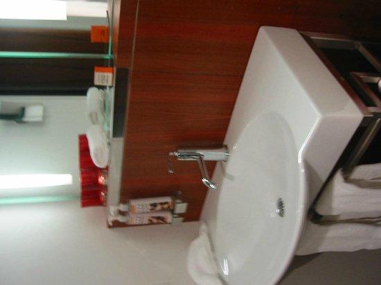 Alt Hotel - Toronto Airport: Waschbecken im Bad