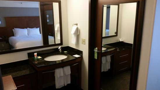Hyatt Place Fort Worth Cityview: Single sink only