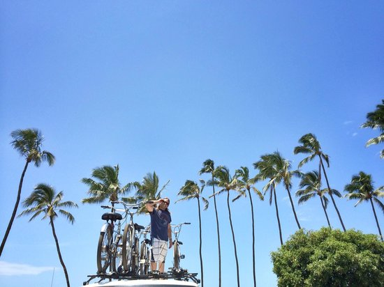 Paia, HI: Billy loading the bikes, Thanks!