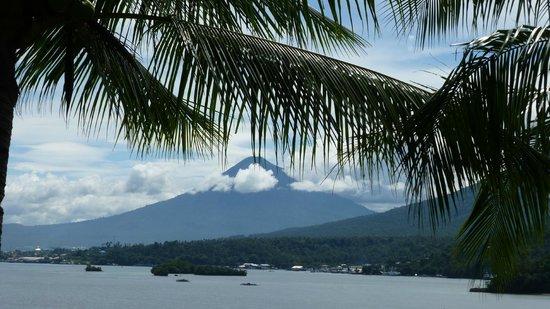 Lembeh Resort: vue sur les montagnes depuis la chambre