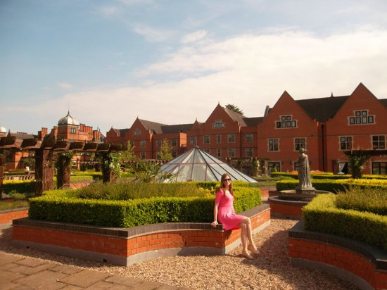 Hoar Cross Hall Spa Hotel: Hotel front grounds
