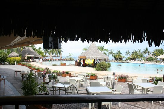 InterContinental Tahiti Resort & Spa : Main pool and bar area