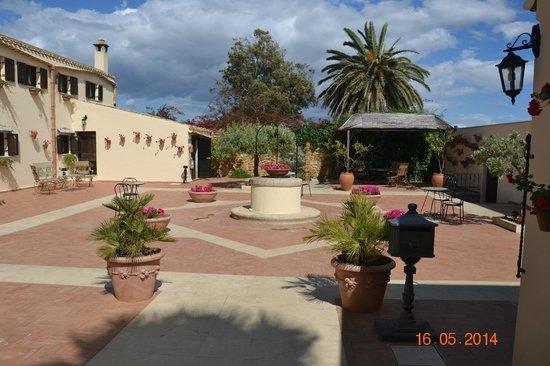 Foresteria Baglio Della Luna: Hotel courtyard