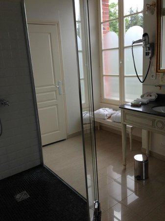 La Villa Eugene: Large walk-in shower