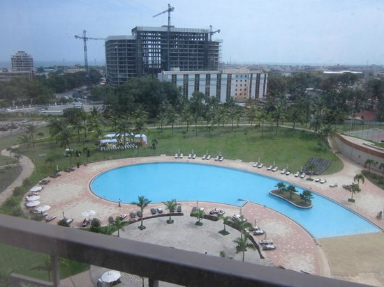 Movenpick Ambassador Hotel Accra: View of the pool from the room