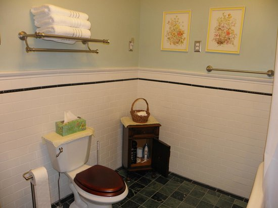 Lehmann House Bed & Breakfast: Nora's Bathroom