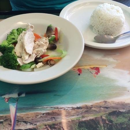 Thai Papaya Restaurant: simple meal of steamed rice, steamed veggies and sreamed chicken.