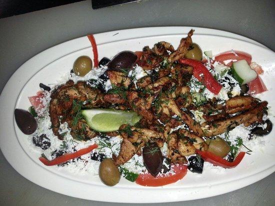 El Mediterraneo: Deleitando una sabrosa ensalada griega acompañada con una fajitas de pollos ...mmmm super rrriii