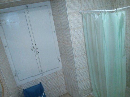 Sweet Home Hospedagem Hostel: Ventana del baño privado