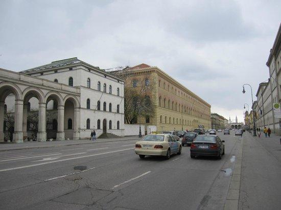 Ludwigskirche: Ludwigstrasse a la altura del templo