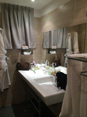 Hotel Le Vallon de Valrugues & Spa : Salle de bain à fenêtre.
