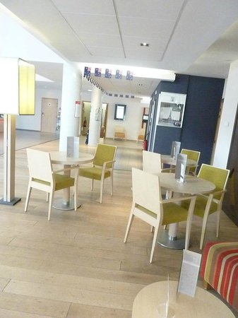 Mercure Amiens Cathedrale : Tables and chairs near the lobby