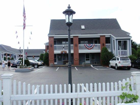 Elmwood Resort Hotel : Front of the Elmwood Resort
