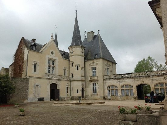 Château Sainte Sabine : View of chateau from courtyard