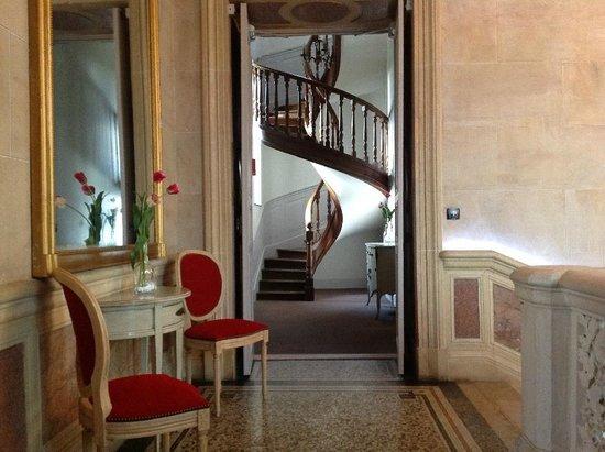 Château Sainte Sabine : Hallway and staircase