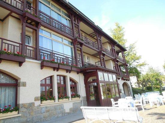 Hotel de la Verniaz et ses Chalets : Building above gardens, with lake view rooms