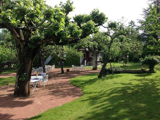 Hotel de la Verniaz et ses Chalets : Garden area next to main building
