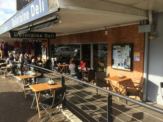 Deloraine Deli: Front and street seating on sunny morning