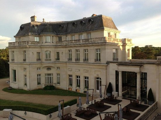 Tiara Chateau Hotel Mont Royal Chantilly : Rear of Chateau, viewed from our room
