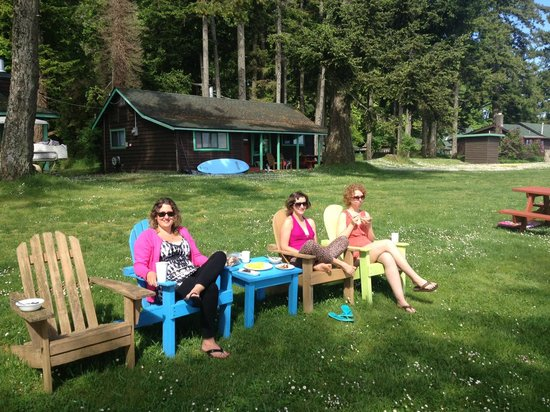 The Alders Beach Resort: Lots of chairs to relax in and eat 'al fresco' anywhere