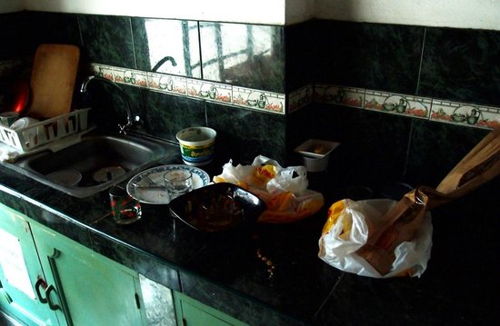 Inca Life Hostel: Mess left by the staff in the kitchen