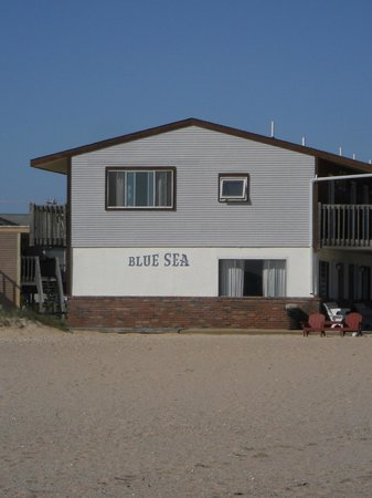Blue Sea Motor Inn: View of end unit from beach.
