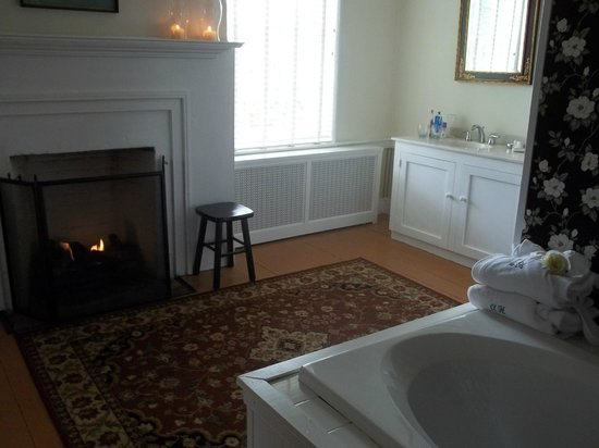 Ascot House Bed and Breakfast: The Jacuzzi and fireplace in the bathroom