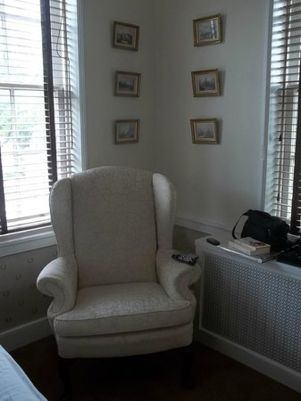 Ascot House Bed and Breakfast: A nice chair next to the 4 poster bed in the room