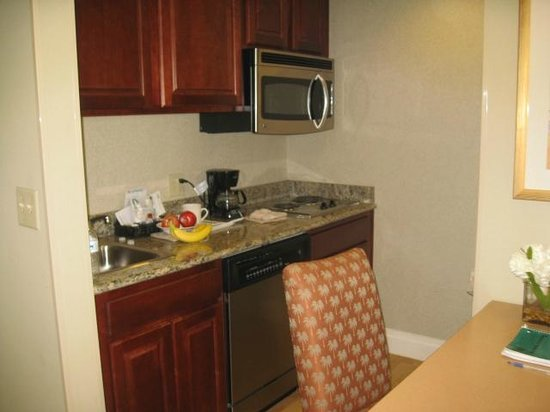 Homewood Suites by Hilton Palm Beach Gardens : kitchen area in room