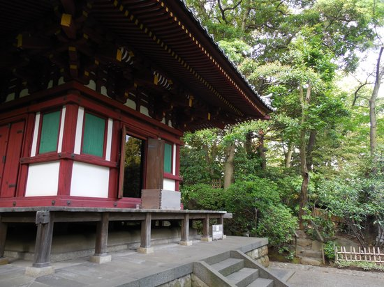 Grand Prince Hotel New Takanawa : Small temple in the garden outside the hotel.  Wonderful trails to walk.