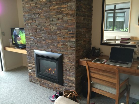 The Rees Hotel & Luxury Apartments: Gas Fireplace and desk in the lounge