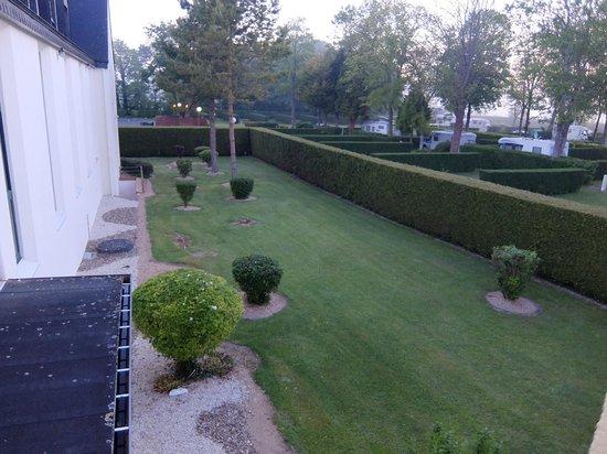 Hôtel Vert : オテル ヴェール・・・芝生の裏庭右手が駐車場