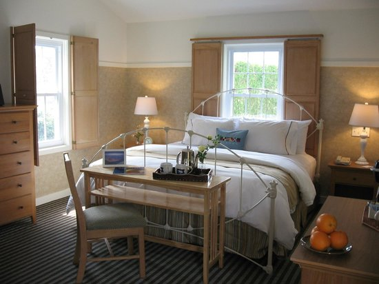 Nantucket Inn : A cottage style guest room with king sized bed