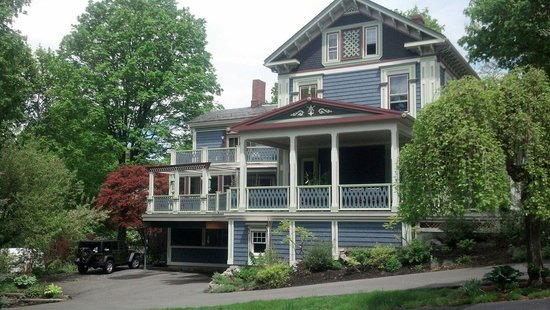 Chesley Road Bed and Breakfast: The side view of the B&B
