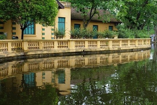 Ho Chi Minh Presidential Palace Historical Site: house and lake