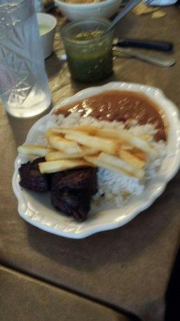 Colombian Cuisine: Bistec con arroz, papas fritas, frijoles y plátano frito.