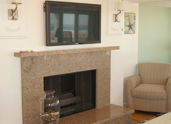 Beach View Inn: Great Room with Fireplace