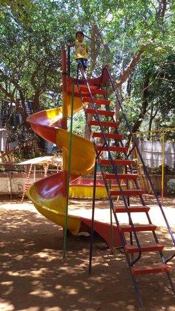Gujarat Bhavan Hotel: Giant slide