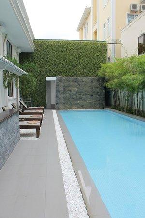 White Mansion: Pool