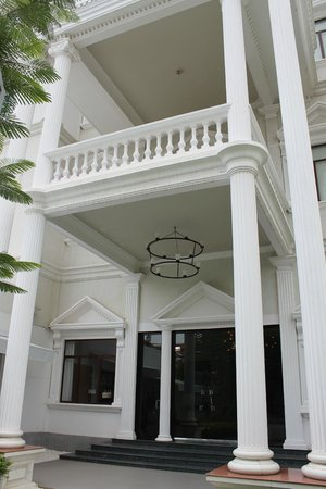 White Mansion: Entrance