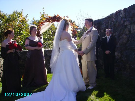 Bluenose Inn - A Bar Harbor Hotel: A beautiful day outside for wedding vows.