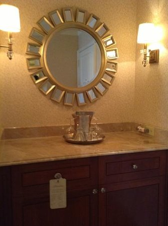 The Whitley, A Luxury Collection Hotel, Atlanta Buckhead : mini bar area