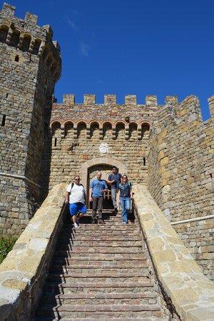 Castello di Amorosa: Os amigos prontos para começar a degustação de vinhos