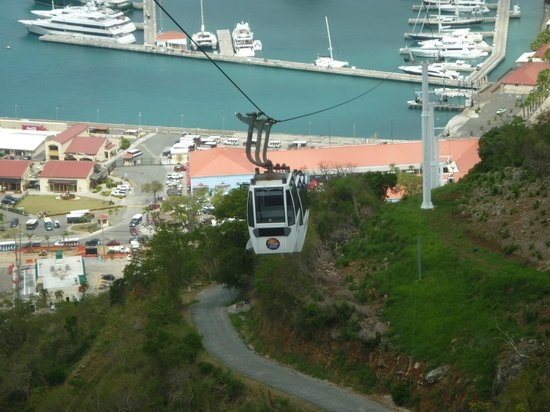 Havensight, Сент- Томас: Cable cars coming up to Paradise Point.