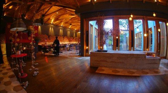 Hotel Bo: Left side view from entrance--restaurant LUM