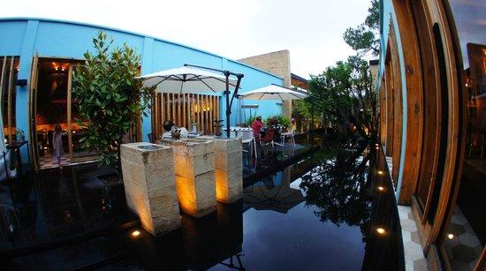 Hotel Bo: Outdoor seating of restaurant